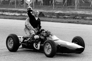 Colin Chapman dando la vuelta de honor sobre el coche de Jim Clark, celebrando el título en Monza 1963
